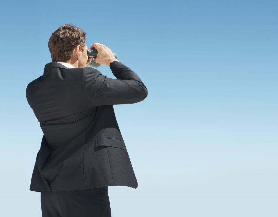 home com luneta observando o horizonte