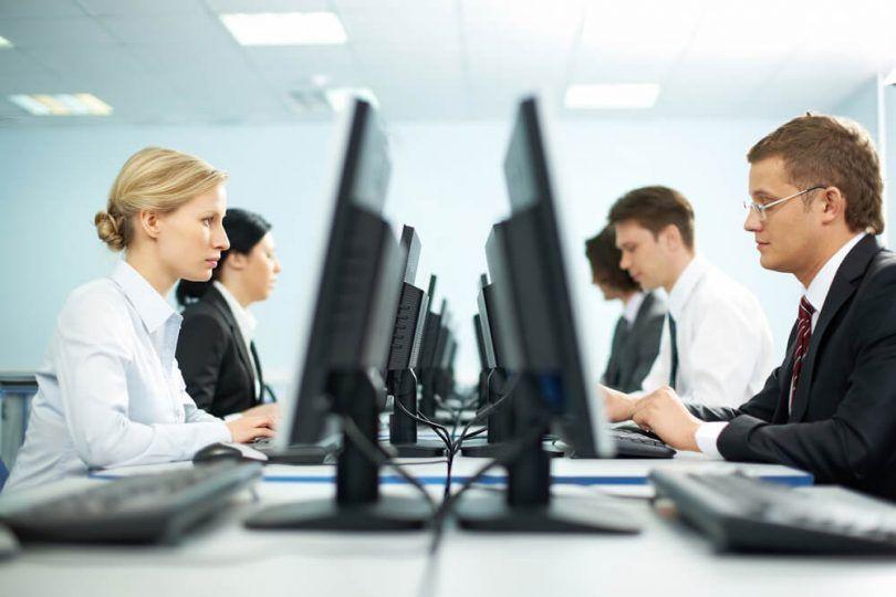 pessoas trabalhando em computadores