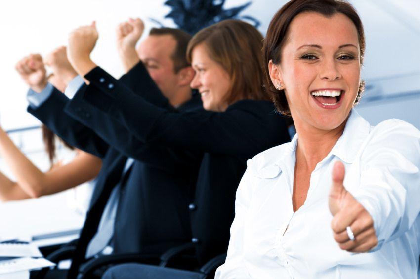 pessoas de negocio comemorando em seu escritório